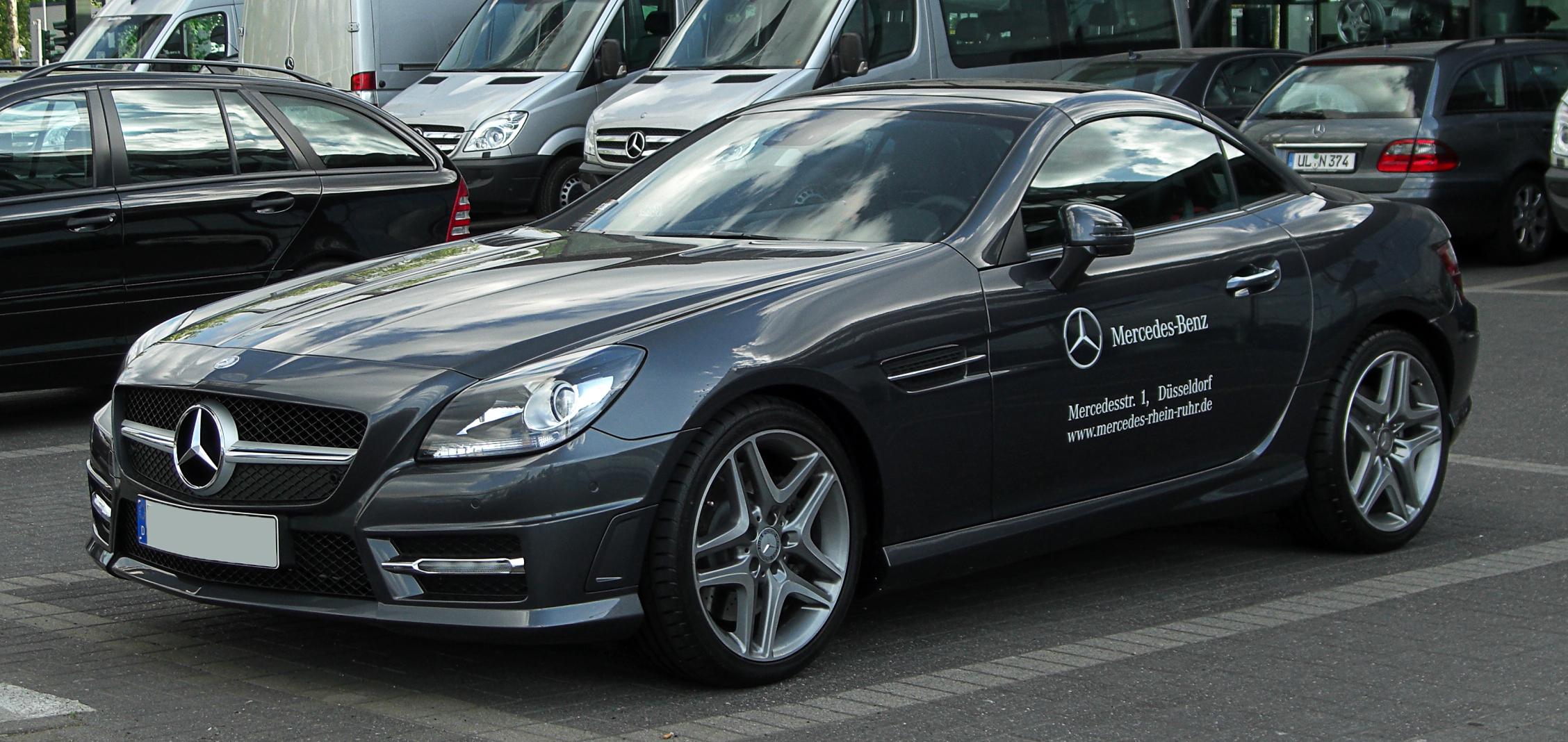 Mercedes-Benz_SLK_350_BlueEFFICIENCY_Sport-Paket_AMG_(R_172)_–_Frontansicht,_22._Mai_2011,_Düsseldorf