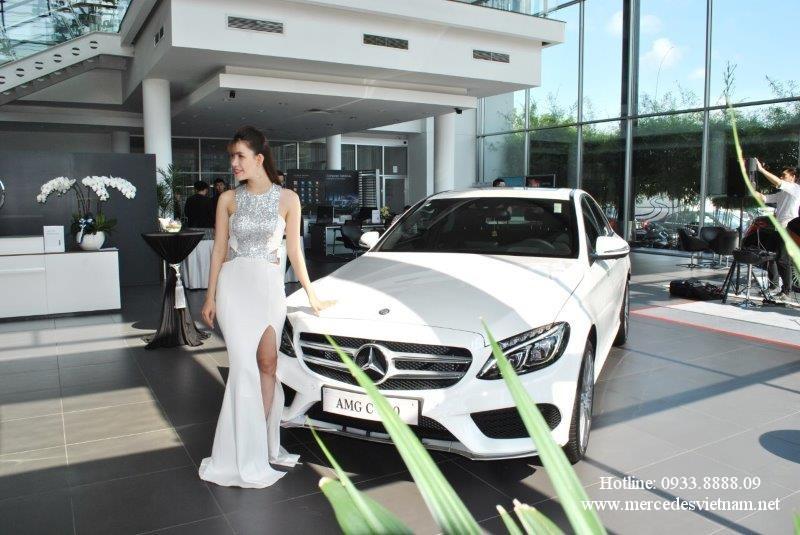 Mercedes C300 2019 thể thao mạnh mẽ