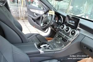 Mercedes-Benz C300 với thiết kế xe mạnh mẽ, năng động